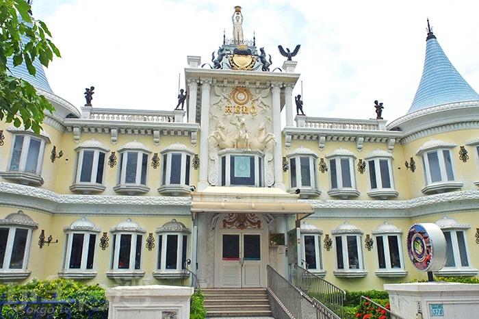 建築主體主要以白色系和粉黃色系呈現/玩全台灣旅遊網特約記者阿辰攝