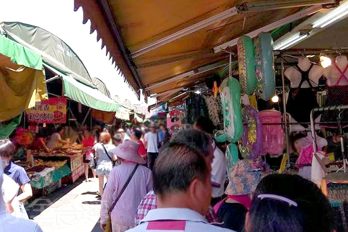 人潮多卻又不會感到異常擁擠的竹東市場。/玩全台灣旅遊網特約記者隱月攝