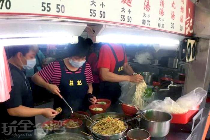 每天排隊人潮多到爆炸的「莊記牛肉麵」。/玩全台灣旅遊網特約記者隱月攝