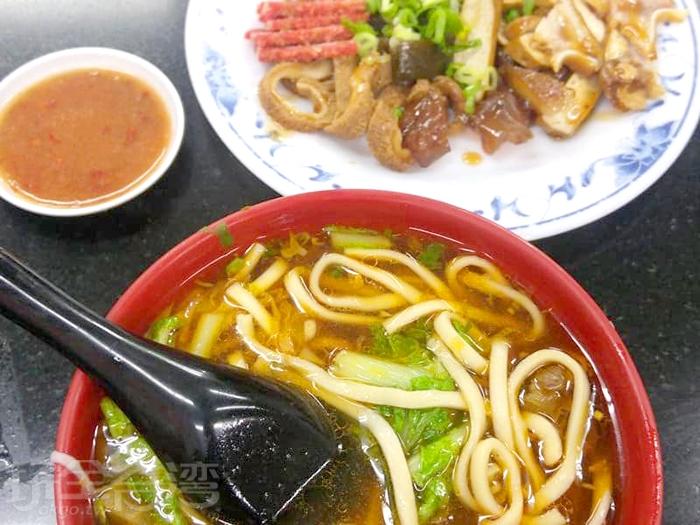 油亮亮的牛肉麵讓人食指大動。/玩全台灣旅遊網特約記者隱月攝