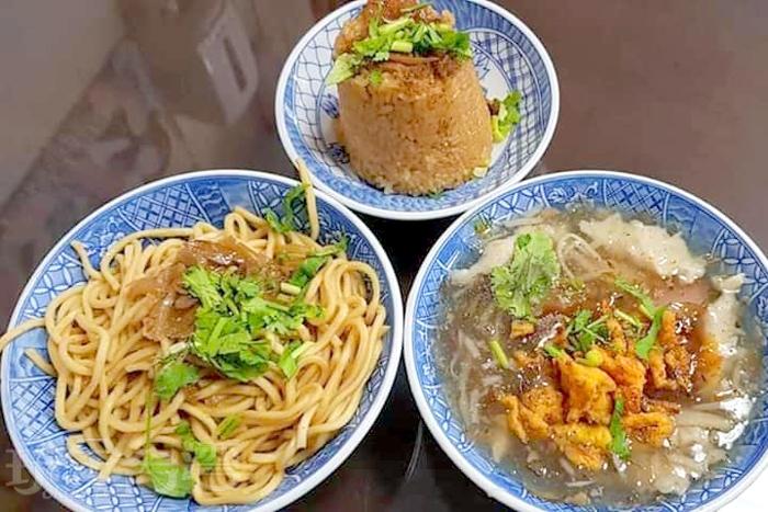店內暢銷前三名為魷魚羹、糯米飯、小乾麵。/玩全台灣旅遊網特約記者隱月攝