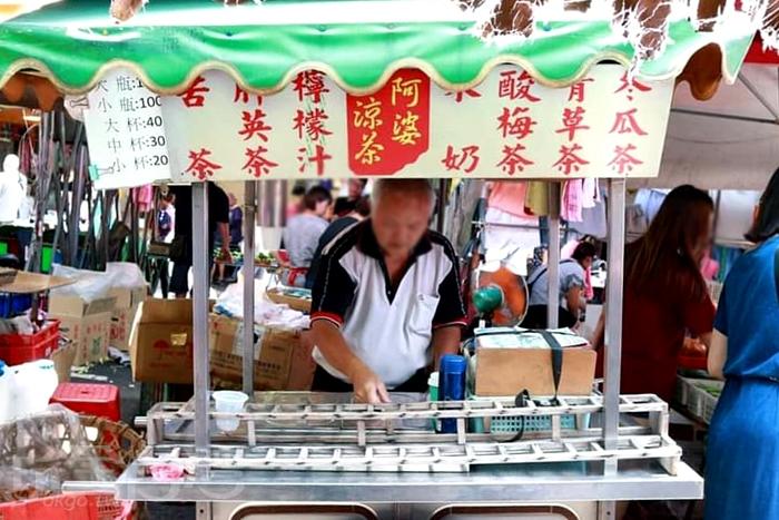 有時候阿公也會幫忙賣的「阿婆涼茶」。/玩全台灣旅遊網特約記者隱月攝
