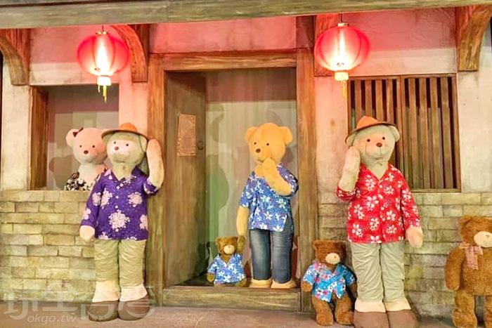土樓前方超有客家風情的泰迪熊。/玩全台灣旅遊網特約記者隱月攝