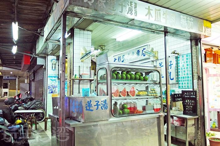 在地超過一甲子的「七彩500cc木瓜牛奶專賣店」是異鄉遊子的懷念味。/玩全台灣旅遊網特約記者阿辰攝