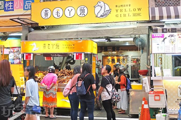 看到這等待人潮就知道有多好吃了!很多饕客剛點完會先去附近逛一逛再回來拿。/玩全台灣旅遊網特約記者阿辰攝