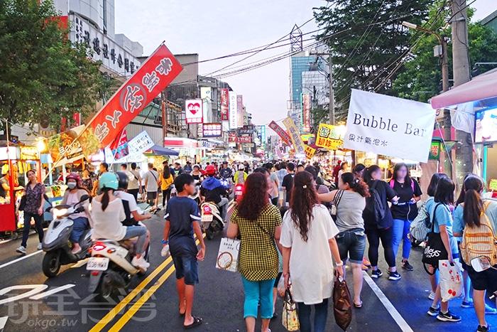 越晚人潮越擁擠,如夜市商圈模式經營,好逛又好吃!/玩全台灣旅遊網特約記者阿辰攝