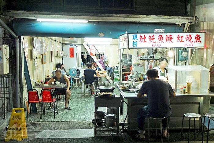 開在文化路夜市阿娥豆花旁的「阿龍土魠魚羹」作風低調,卻是在地人口中的隱藏版內行美食。/玩全台灣旅遊網特約記者阿辰攝