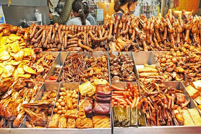 攤位上的食材皆以古法滷製,醬汁香甜入味。/玩全台灣旅遊網特約記者阿辰攝