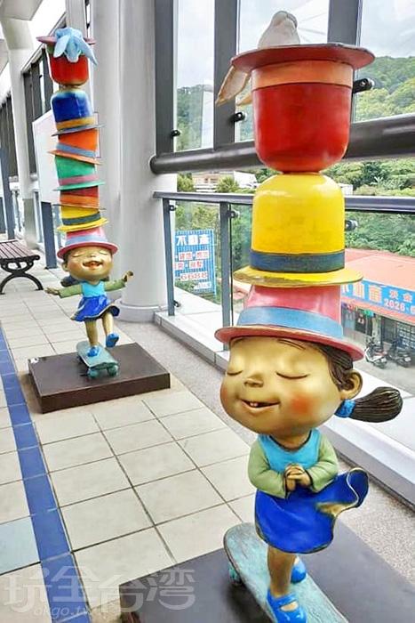 淡海輕軌綠山線V03淡金鄧公站裡踩著滑板迎風前進的小女孩。/玩全台灣旅遊網特約記者隱月攝