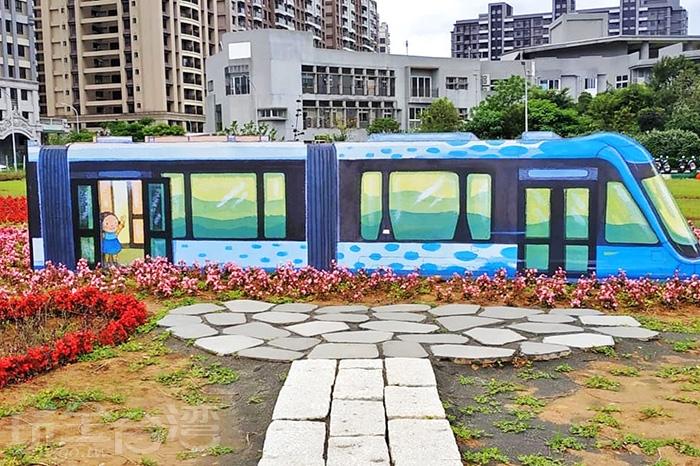 公車上的可愛女孩正向遊客招手,彷彿在說著下次還要再來玩唷!/玩全台灣旅遊網特約記者隱月攝