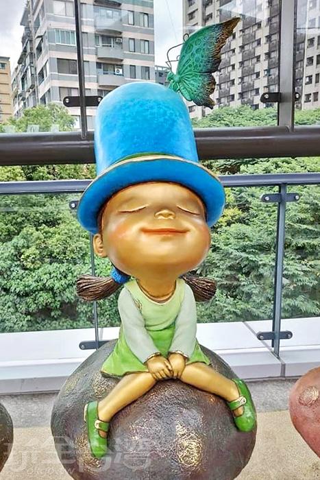 閉上眼睛的小女孩坐在蘑菇上享受午後清新的時光。/玩全台灣旅遊網特約記者隱月攝