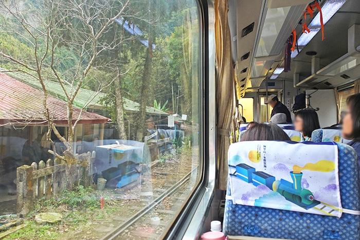和車上的遊客一起欣賞車窗外風景還滿有意思的呢!/玩全台灣旅遊網特約記者阿辰攝
