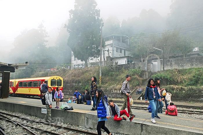 中午過後,奮起湖車站周圍被濃濃霧氣包覆著,宛如人間仙境。/玩全台灣旅遊網特約記者阿辰攝