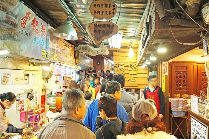 每到假日,奮起湖老街便會湧進大批的光觀客,街道頓時充滿熱度!/玩全台灣旅遊網特約記者阿辰攝