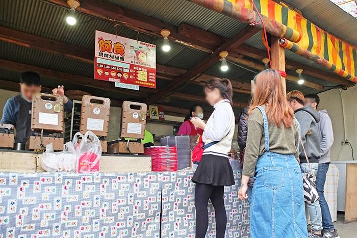 循階梯往下,很快傳來陣陣烤甜甜圈的香氣,【阿良】店面正被人群包圍。/玩全台灣旅遊網特約記者阿辰攝