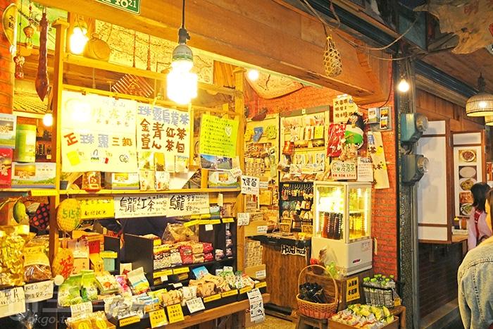 在老街裡都買得到特產與紀念品,許多旅客回程前會在這裡挑些伴手禮。/玩全台灣旅遊網特約記者阿辰攝