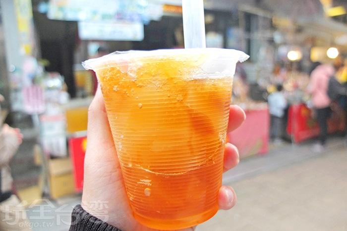 整杯看得到愛玉給得好多!冰冰涼涼帶著芳香,入口好消暑。/玩全台灣旅遊網特約記者阿辰攝