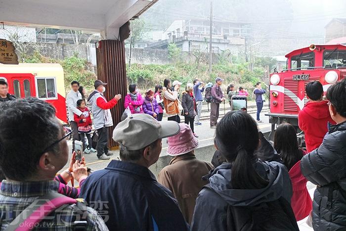 月台上也有許多和我一樣正在等著搭乘火車返程的旅客。/玩全台灣旅遊網特約記者阿辰攝