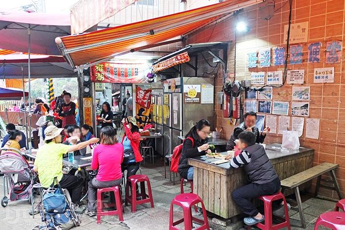 走出老街尾端,很快會注意到「雅湖鐵路便當」的座位區坐滿了正在用餐的客人。/玩全台灣旅遊網特約記者阿辰攝