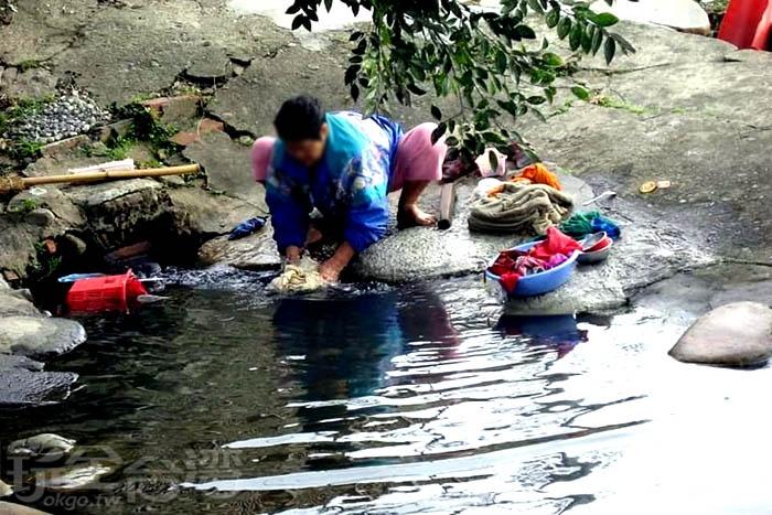 現在還是會有婦女到螃蟹穴洗衫窟洗衣服呢!/玩全台灣旅遊網特約記者隱月攝