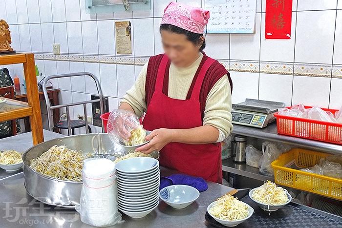 看著店家人員先鬆動一大鍋的豆菜麵,接著抓進一碗一碗裡,動作非常熟練。/玩全台灣旅遊網特約記者阿辰攝