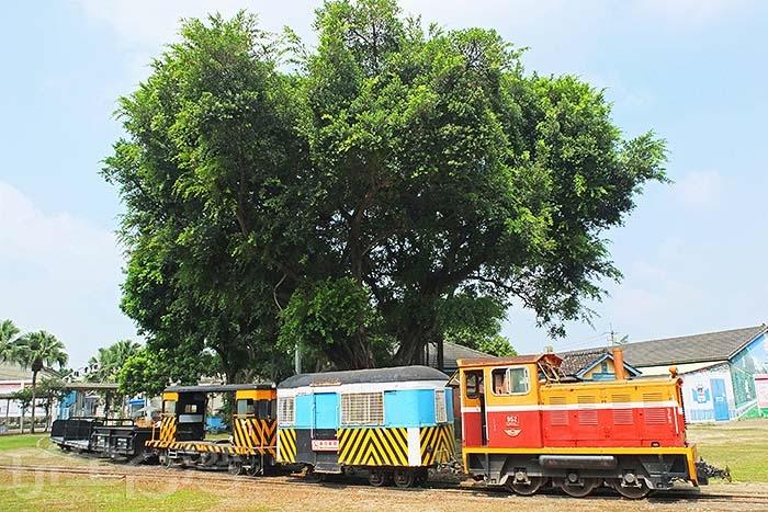 戶外停放著許多已退役停駛的老舊火車,其中會看到國寶級勝利號和成功號客車。 /玩全台灣旅遊網特約記者阿辰攝