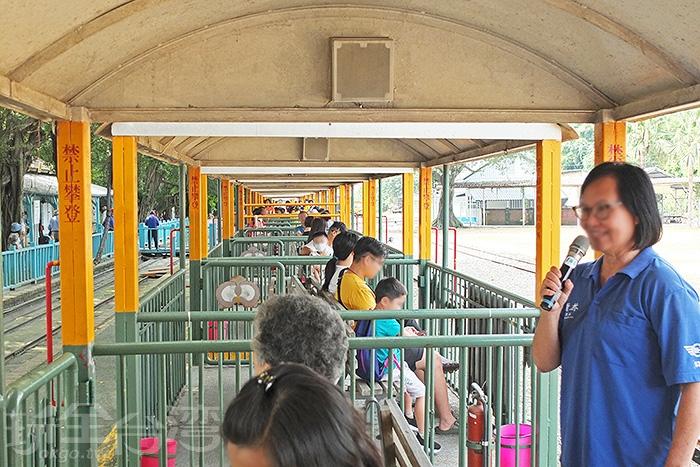 搭乘五分車時,會有導覽人員沿途為大家解說五分車鐵道文化,還有對周圍景觀的介紹。/玩全台灣旅遊網特約記者阿辰攝