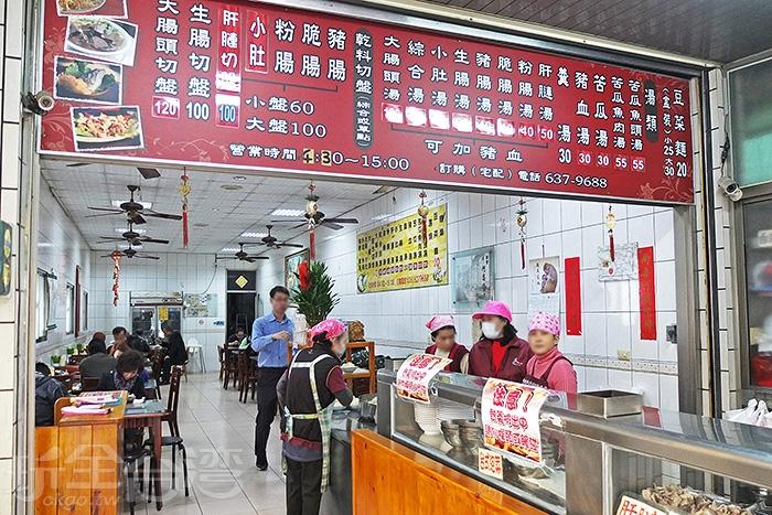 店門前右側是一條很長的料理台,賣著各式料理。/玩全台灣旅遊網特約記者阿辰攝