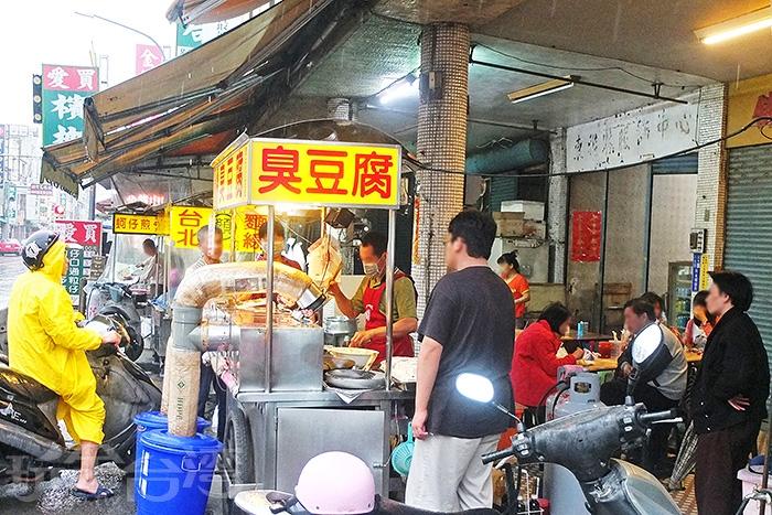 越晚人越多的「昆伯臭豆腐」在鹽水當地知名度超大,網路評價也幾乎是一面倒的好評。/玩全台灣旅遊網特約記者阿辰攝
