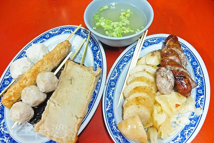 手工灌製的香腸和糯米大腸銷量都超好!再夾幾串關東煮物,配碗湯,那真是最棒的下午茶享受啦!/玩全台灣旅遊網特約記者阿辰攝