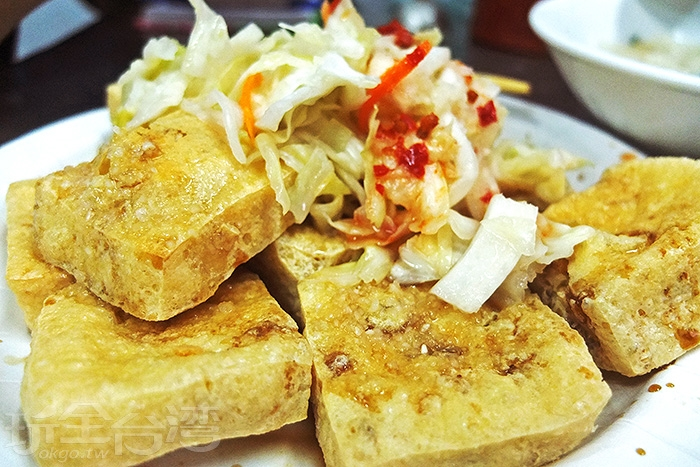 上頭的辣椒醬是店家自製的,醬汁真的好厲害,推薦加辣椒醬風味更佳。/玩全台灣旅遊網特約記者阿辰攝