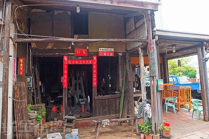 橋南街上必造訪的知名店家「泉利鐵店」,是全台僅存最古老的打鐵舖。/玩全台灣旅遊網特約記者阿辰攝