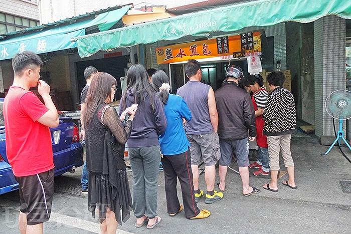 這攤「鹽水煎包」一直是鹽水在地排隊美食的頭號指標,太晚來一定吃不到。/玩全台灣旅遊網特約記者阿辰攝