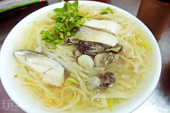 豆簽羹主要配料有虱目魚和蚵仔,搭配香菜伴味,湯頭勾芡濃稠度還不錯,清淡鮮甜,與麵條一同入口十分滑順。/玩全台灣旅遊網特約記者阿辰攝