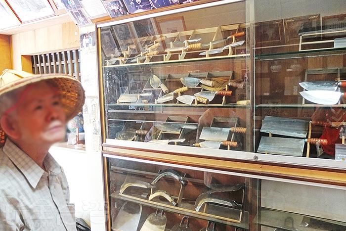 櫥櫃裡展示著琳瑯滿目的刀具,櫥櫃上方有多位來訪的遊客與老闆合照照片。/玩全台灣旅遊網特約記者阿辰攝