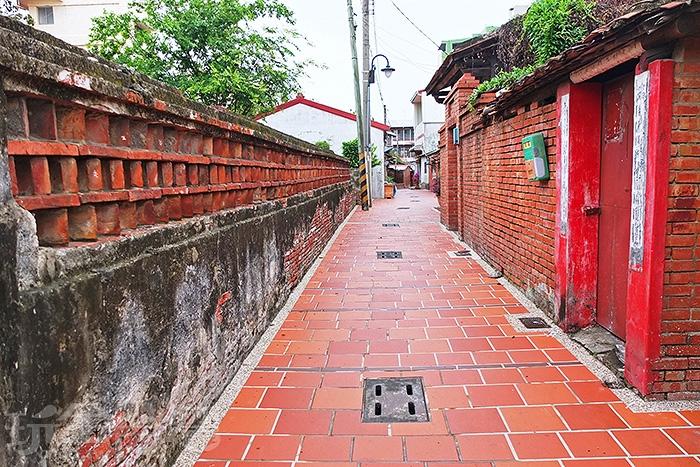 連成巷連接著一銀巷,慢慢散步在巷弄中會看見許多充滿味道的老房子。/玩全台灣旅遊網特約記者阿辰攝