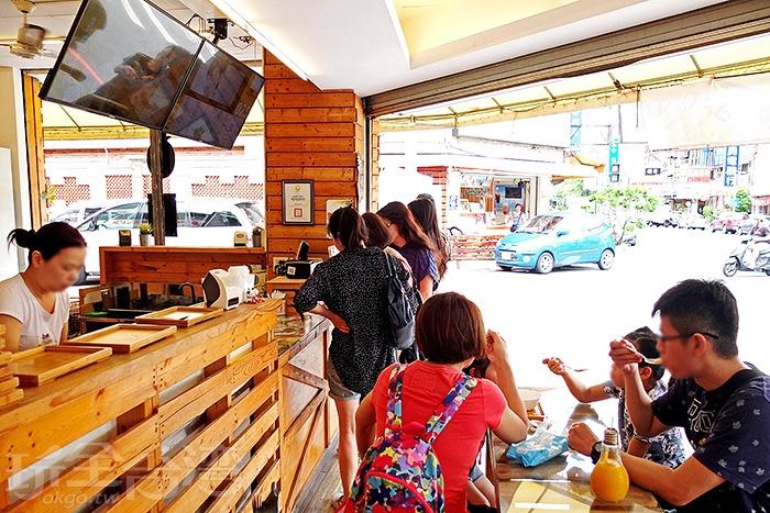 內用空間不大,不一會兒就坐滿了吃冰的客人,生意真的很不錯,可見冰品實力抓得住很多人的心。/玩全台灣旅遊網特約記者阿辰攝