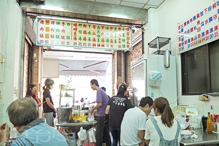 傳統的用餐空間,非常具有老店氛圍,每到用餐時間一位難求。/玩全台灣旅遊網特約記者阿辰攝