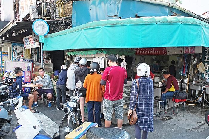 聽聞是一家排隊早餐店,果不其然,大清早就已經排出一條長長人龍了。/玩全台灣旅遊網特約記者阿辰攝