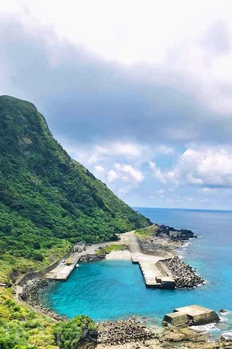 海天一線的港灣景色在蘭嶼隨處可見。/玩全台灣旅遊網特約記者隱月攝