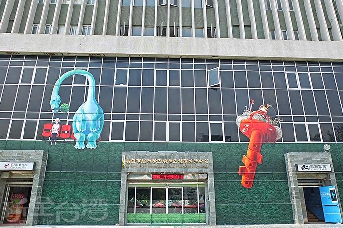 建築主體另一側有幅搶眼的彩繪藝術牆,到此一遊別忘了和它拍張照。/玩全台灣旅遊網特約記者阿辰攝