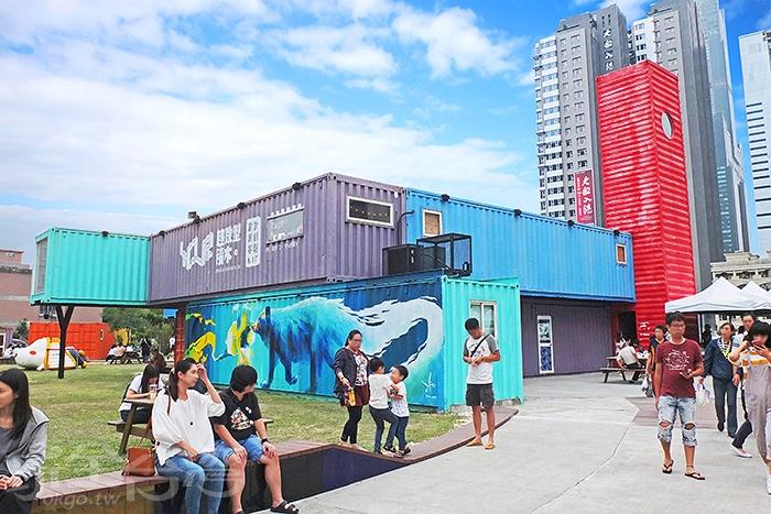 午後的「集盒KUBIC貨櫃園區」成了遊客和高雄在地人玩耍休閒的好去處。/玩全台灣旅遊網特約記者阿辰攝