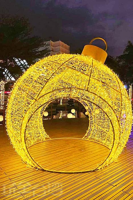 超大型的金黃色雪球。/玩全台灣旅遊網特約記者隱月攝