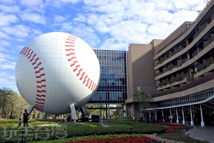 看到這顆巨大的白色棒球就表示來到棒球名人堂了。/玩全台灣旅遊網特約記者隱月攝