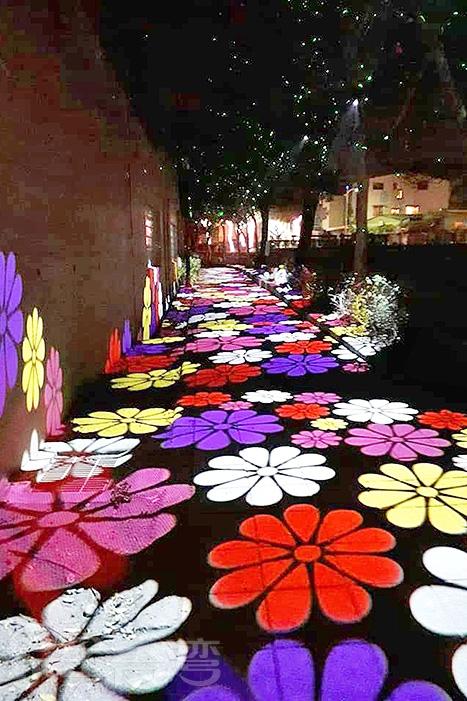 人行道上熱情無比的花朵剪影!/玩全台灣旅遊網特約記者隱月攝