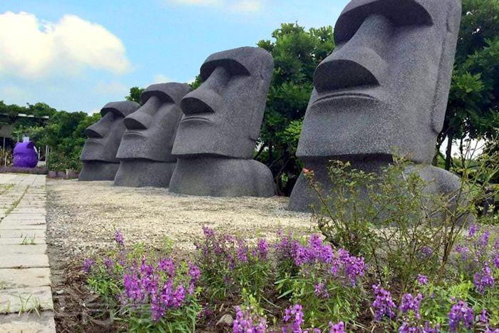 園區內還有可愛的摩艾塑像。/玩全台灣旅遊網特約記者單雪攝
