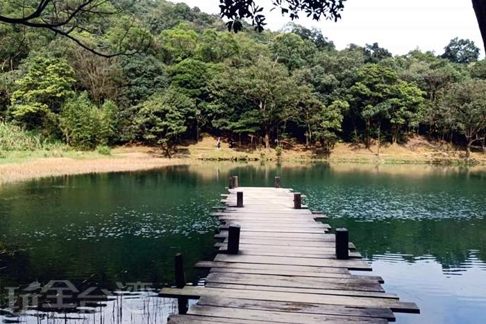翡翠顏色一般的湖面。/玩全台灣旅遊網特約記者單雪攝