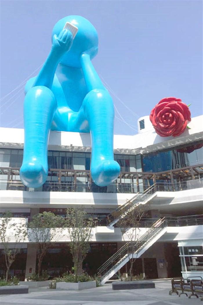 台中最新打卡點!!藍色沉思者拿著玫瑰在屋頂幹嘛呢~?啊~原來是在...滑手機?!