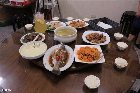 8人份農夫晚餐,8菜1湯。(一道菜和水果還沒上,要開飯就先拍了) 相片來源:瑞里詹德仁茶園民宿