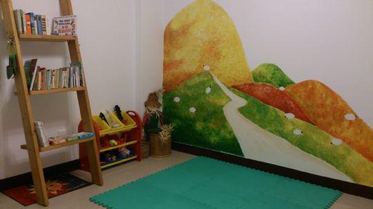 有各式玩具供小朋友玩,如樂高組合玩具、汽車玩具、拼圖、絨毛填充娃娃...等等。